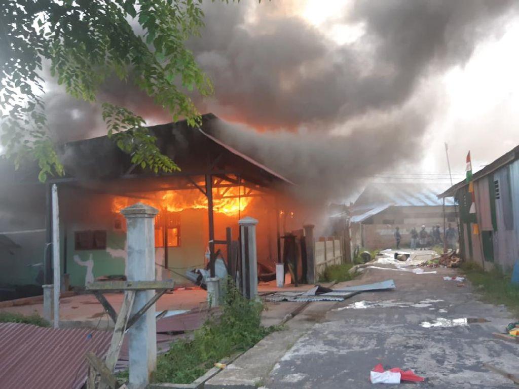 Pendukung Paslon di Papua Protes Putusan KPU, Rusak Kantor Bupati-Bakar Rumah