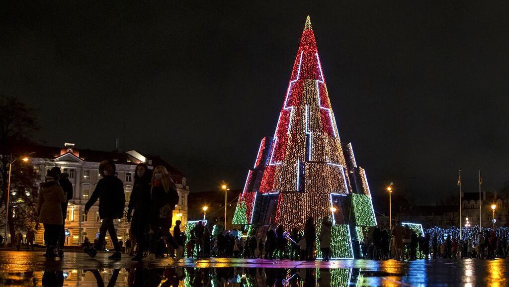 Warna-Warni Pohon Natal Terangi Lithuania