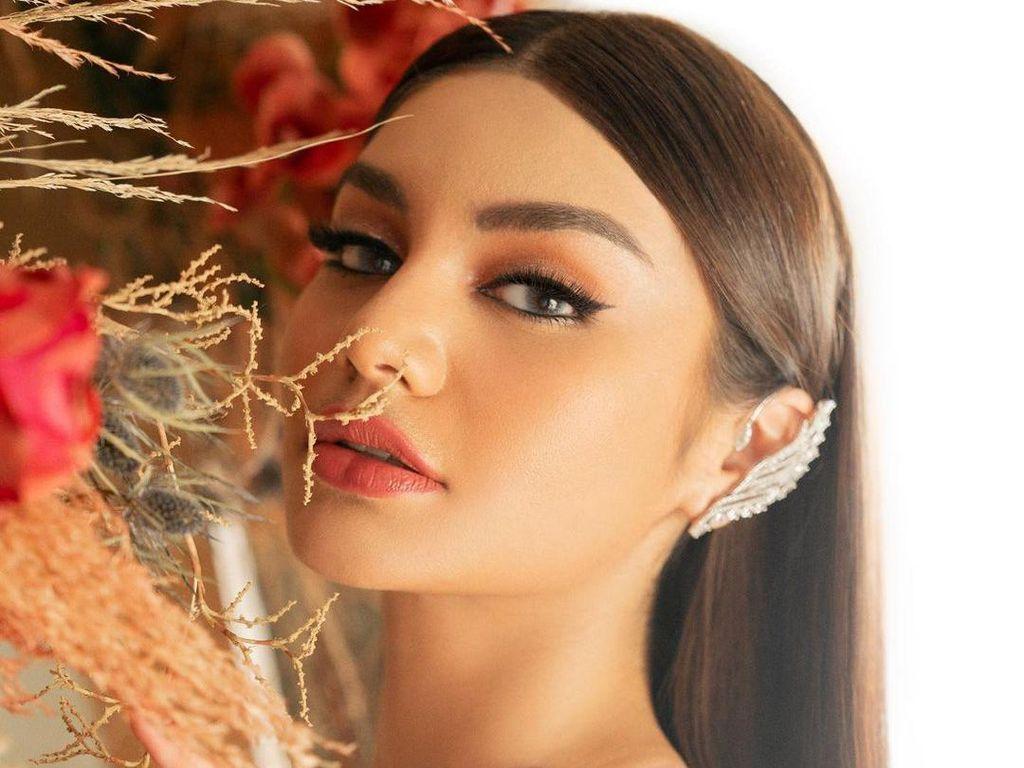 Jihane Almira Pakai Kostum Tema Kuda NTT di Miss Supranational 2021