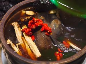 3 Makanan Asia Kaya Khasiat, Sup Ayam Hitam hingga Jamur Ulat!