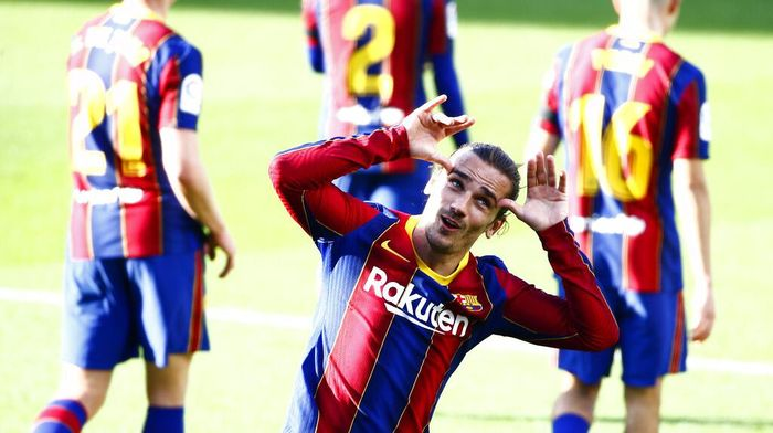 Barcelonas Antoine Griezmann celebrates after scoring his sides second goal during the Spanish La Liga soccer match between FC Barcelona and Osasuna at the Camp Nou stadium in Barcelona, Spain, Sunday, Nov. 29, 2020. (AP Photo/Joan Monfort)