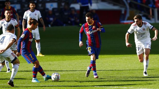 Barcelona's Antoine Griezmann, center left, controls the ball next to Barcelona's Lionel Messi, center, during the Spanish La Liga soccer match between FC Barcelona and Osasuna at the Camp Nou stadium in Barcelona, Spain, Sunday, Nov. 29, 2020. (AP Photo/Joan Monfort)