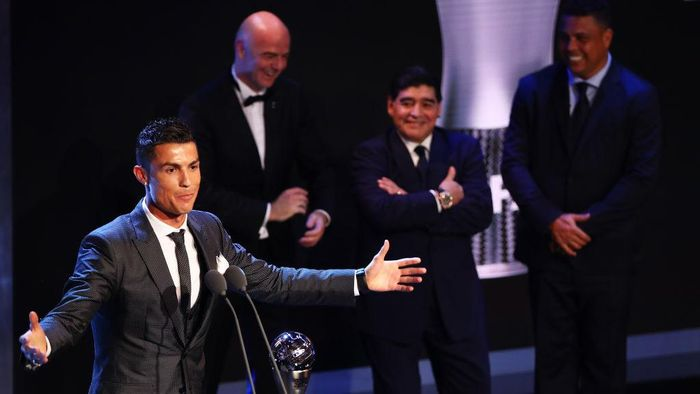LONDON, ENGLAND - OCTOBER 23:  Cristiano Ronaldo of Portugal and Real Madrid CF wins The best Fifa mens player as Diego Maradona, Gianni Infantino and Ronaldo look on during The Best FIFA Football Awards Show on October 23, 2017 in London, England.  (Photo by Michael Steele/Getty Images)