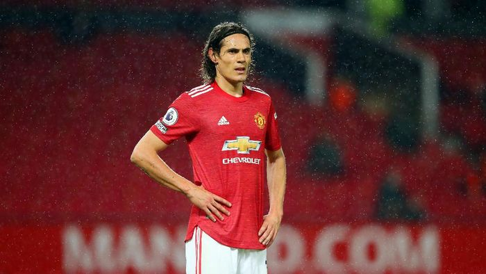 MANCHESTER, ENGLAND - NOVEMBER 21: Edinson Cavani of Manchester United looks on during the Premier League match between Manchester United and West Bromwich Albion at Old Trafford on November 21, 2020 in Manchester, England. Sporting stadiums around the UK remain under strict restrictions due to the Coronavirus Pandemic as Government social distancing laws prohibit fans inside venues resulting in games being played behind closed doors. (Photo by Alex Livesey/Getty Images)