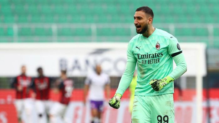 MILAN, ITALY - NOVEMBER 29: Gianluigi Donnarumma of A.C. Milan celebrates after his teammate Franck Kessie of A.C. Milan (not pictured) scored their sides second goal from the penalty spot during the Serie A match between AC Milan and ACF Fiorentina at Stadio Giuseppe Meazza on November 29, 2020 in Milan, Italy. Sporting stadiums around Italy remain under strict restrictions due to the Coronavirus Pandemic as Government social distancing laws prohibit fans inside venues resulting in games being played behind closed doors. (Photo by Marco Luzzani/Getty Images)
