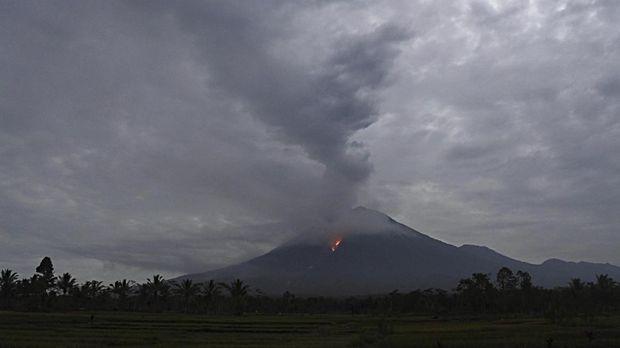 Guguran lava pijar teramati dari Kecamatan Candipuro, Lumajang, Jawa Timur, Selasa (1/12/2020). Aktivitas Gunung Semeru mengalami peningkatan selama lima hari terakhir, ditandai dengan meluncurnya guguran lava pijar dari Kawah Jonggring Saloko. ANTARA FOTO/Seno/rwa.