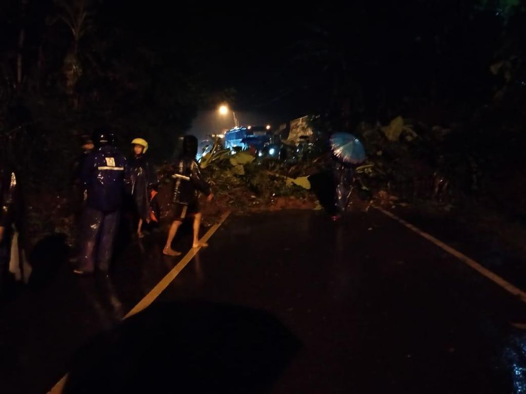 Tanah Longsor, Jalur Banjarnegara-Wonosobo Terputus Malam Ini