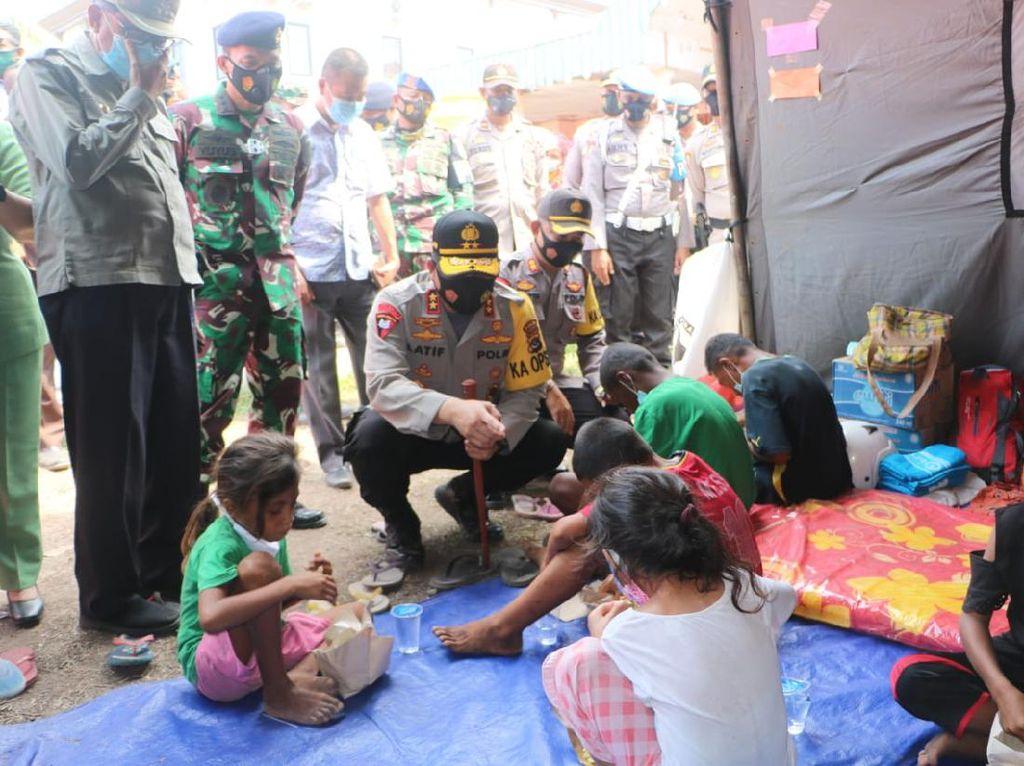 Kapolda NTT Cek Kondisi Pengungsi dan Aktivitas Gunung Lewotolok