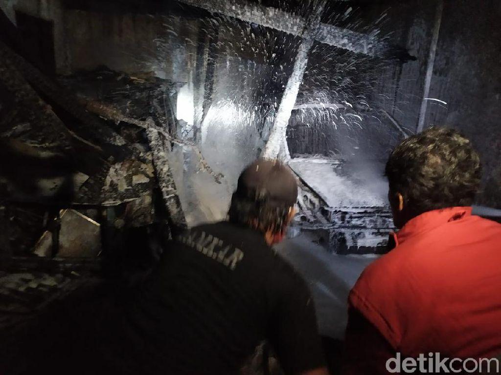 Kebakaran Gudang di Permukiman Padat Kota Mojokerto Hanguskan 2 Mobil