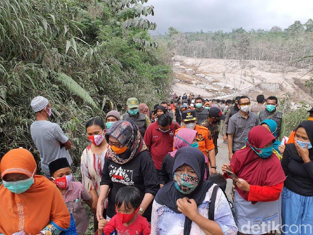 Kepanikan Warga Mendengar Gemuruh Gunung Semeru Usai Meletus