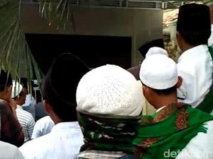 Datangi Rumah Ibunda Mahfud Md, Massa Suarakan Bela Habib Rizieq