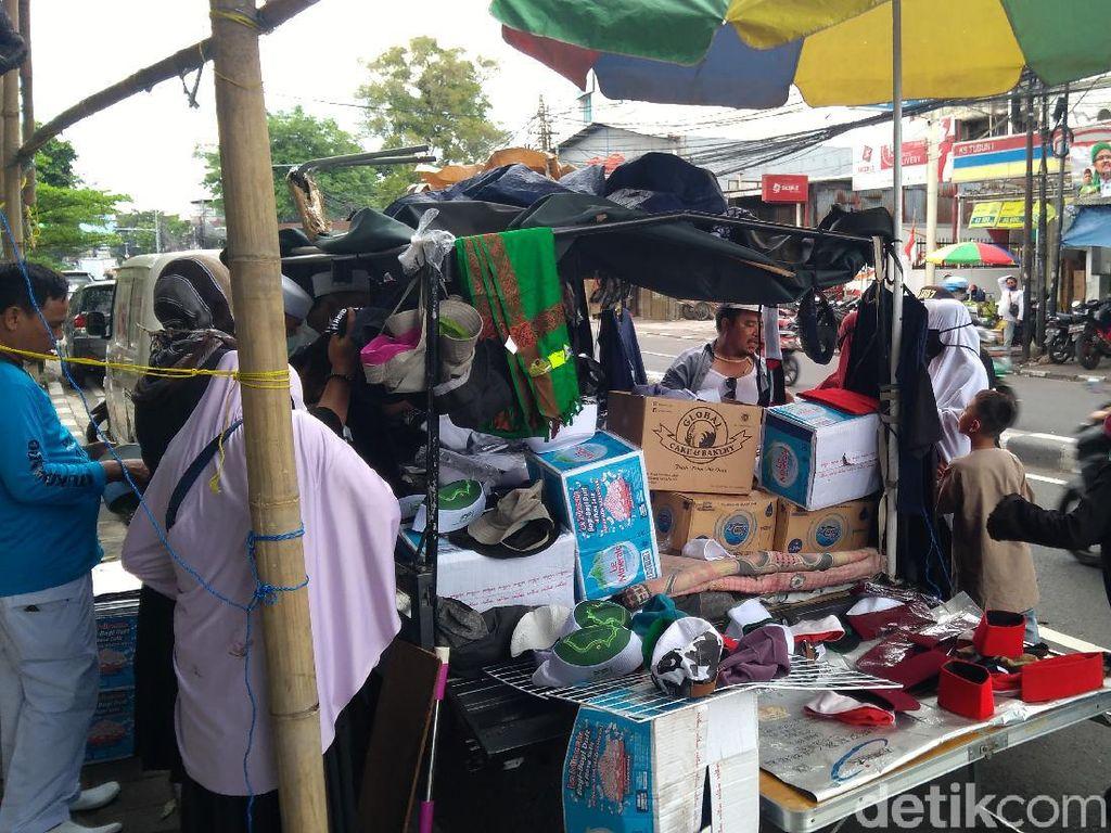 Jelang 212, Pedagang Jualan Kaus Gambar Habib Rizieq di Petamburan