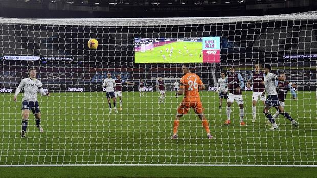 West Ham's Jarrod Bowen, rigt, scores his side's second goal during the English Premier League soccer match between West Ham United and Aston Villa at the London stadium in London, England, Monday, Nov. 30, 2020. (Neil Hall/Pool Via AP)