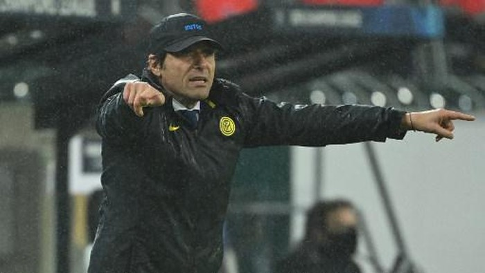 Inter Milans Italian coach Antonio Conte reacts from the sidelines during the UEFA Champions League football match Borussia Moenchengladbach v Inter Milan in Moenchengladbach, western Germany, on December 1, 2020. (Photo by Ina Fassbender / AFP)