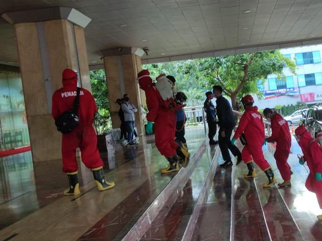 Lagi, Seluruh Area Balai Kota DKI Disemprot Disinfektan Usai Anies Corona
