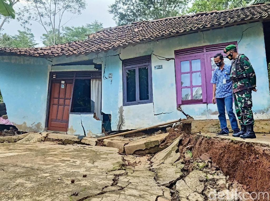 Tanah Gerak di Banjarnegara, Rumah Warga Nyaris Terbelah