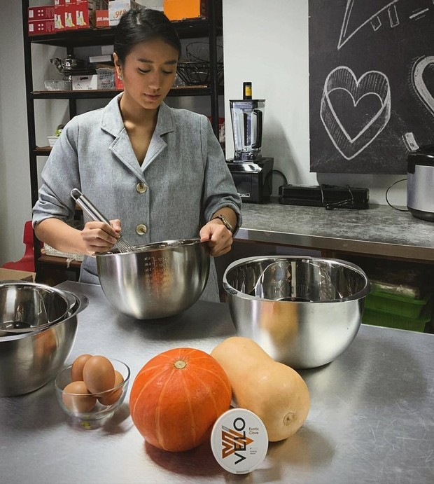 Chef Renatta Moeloek dalam aksinya di dapur.
