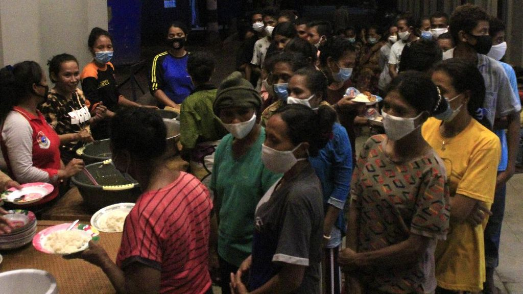 Pengungsi Erupsi Gunung Ili Lewotolok Antre Makanan