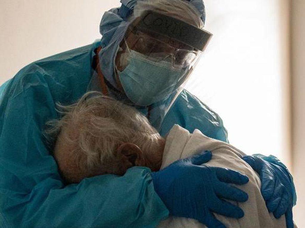 Haru, Dokter Peluk Kakek yang Menangis karena COVID-19, Fotonya Viral