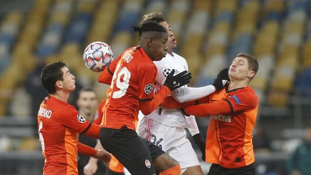 Shakhtar's Manor Solomon, centre left, Shakhtar's Valeriy Bondar and Real Madrid's Mariano Diaz challenge for the ball during the Champions League, Group B, soccer match between Shakhtar Donetsk and Real Madrid at the Olimpiyskiy Stadium in Kyiv, Ukraine, Tuesday, Dec. 1, 2020. (AP Photo/Efrem Lukatsky)