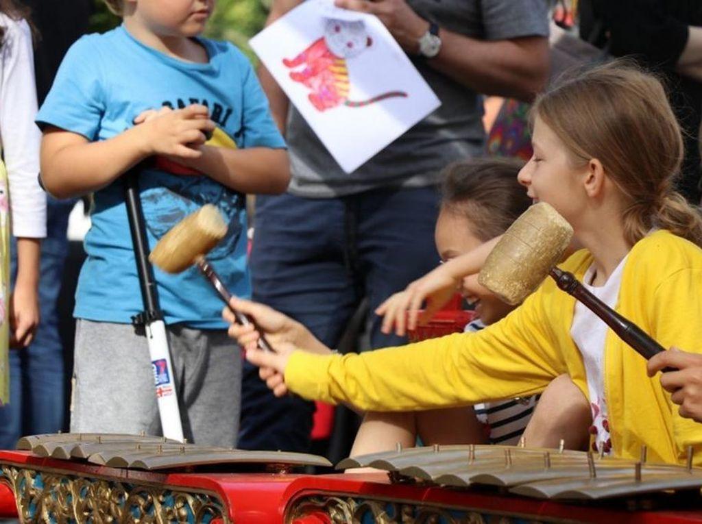 Bule Polandia Memainkan Gamelan, Skillnya Nggak Kalah