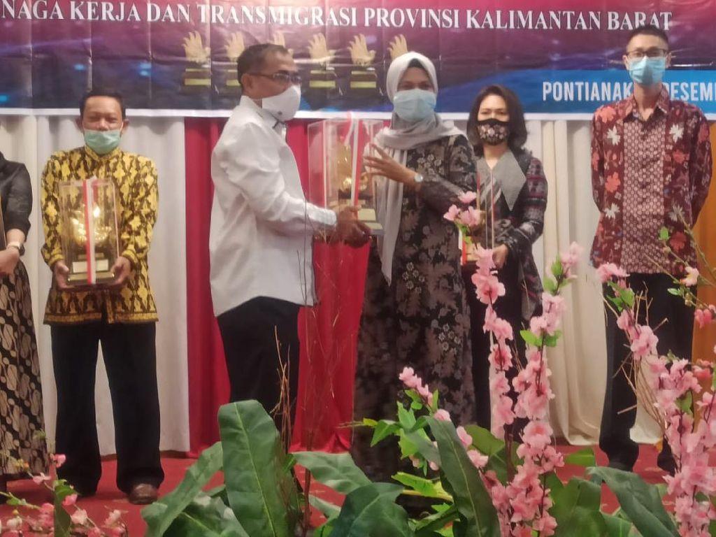 Kemnaker Serahkan Anugerah Siddhakarya ke 6 UMKM di Pontianak