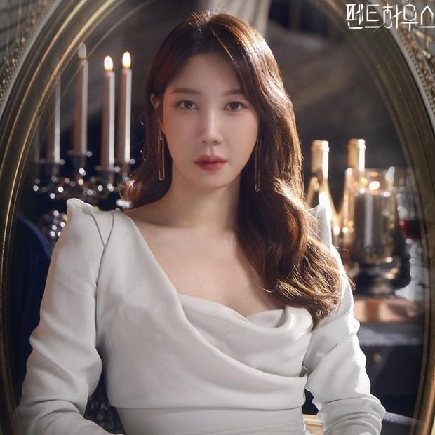Lee Ji Ah sebagai Shim Soo Ryeon dalam drama The Penthouse: War of Life