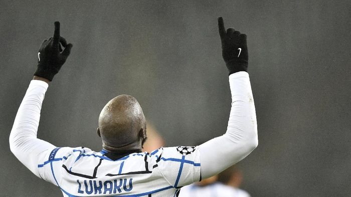 Inter Milans Romelu Lukaku celebrates after scoring his sides second goal during the Champions League, Group B, soccer match between Borussia Moenchengladbach and Inter Milan at the Borussia Park in Moenchengladbach, Germany, Tuesday, Dec. 1, 2020. (AP Photo/Martin Meissner)