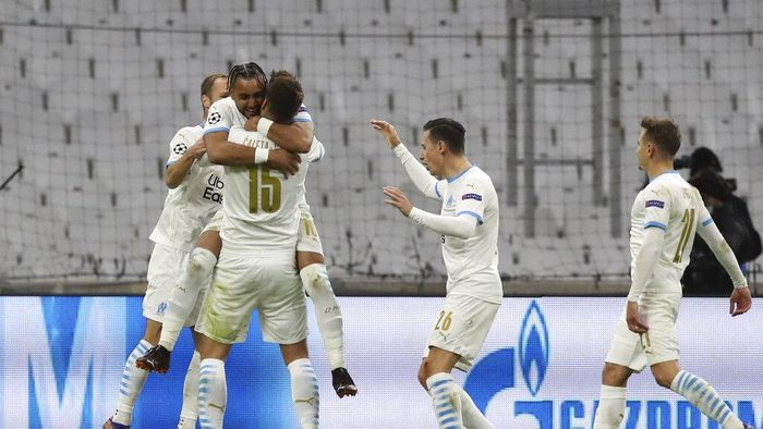 Marseilles Dimitri Payet , second left, celebrates with his teammates , after scoring the second goal of his team against Olympiacos during the Champions League group C soccer match between Olympique Marseille and Olympiacos at the Velodrome stadium in Marseille, southern France, Tuesday, Dec. 1, 2020. (AP Photo/Daniel Cole)