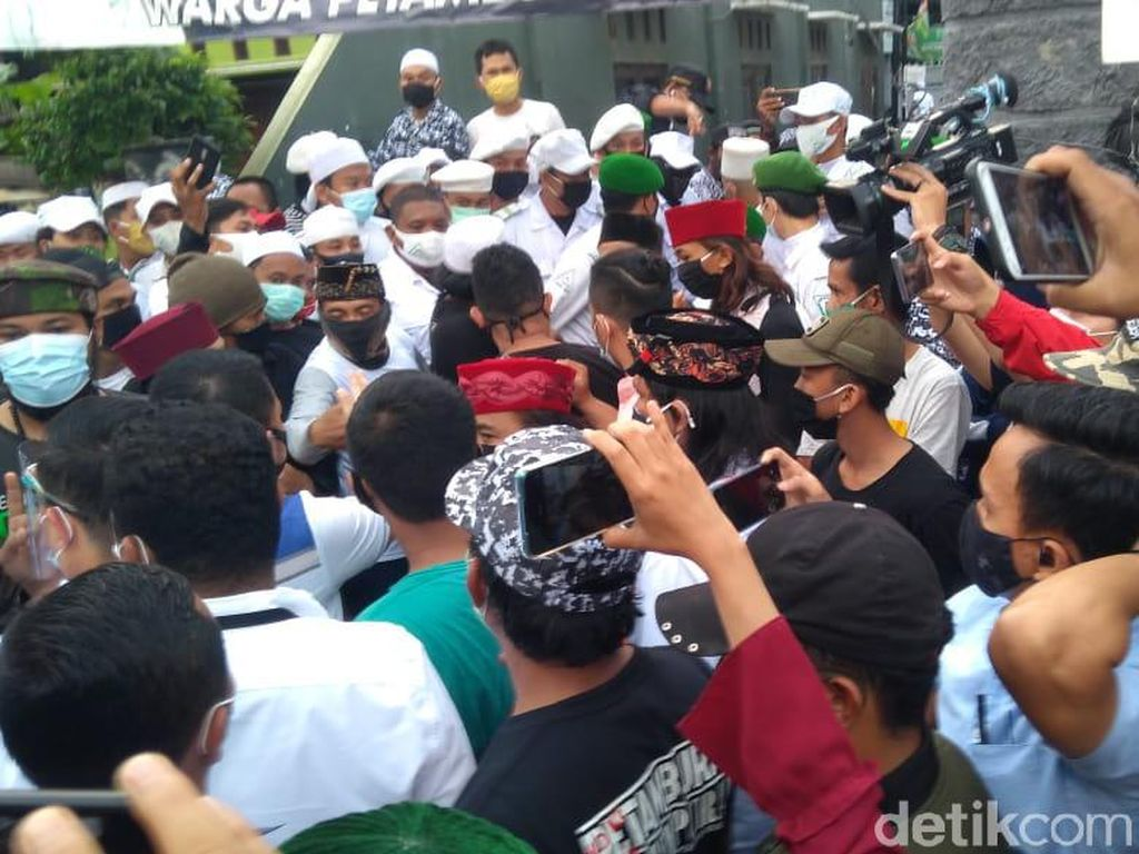Sempat Diusir, Polisi Datang Lagi Antar Surat Pemanggilan Habib Rizieq