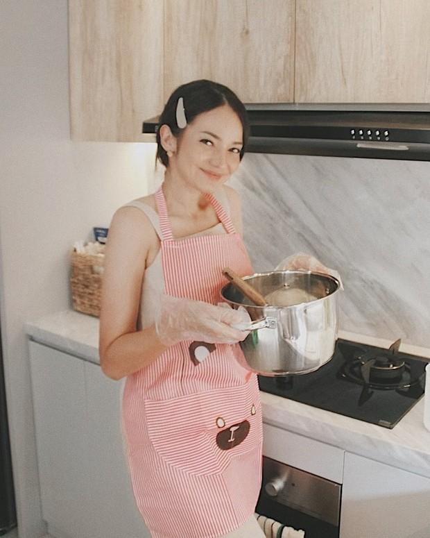 Aktris dan presenter Enzy Storia berbisnis kuliner selama pandemi.