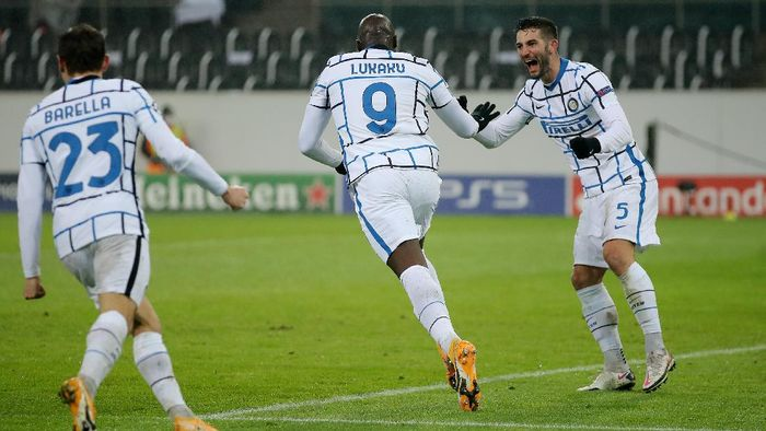 MOENCHENGLADBACH, GERMANY - DECEMBER 01: Romelu Lukaku of Inter Milan celebrates with Roberto Gagliardini after scoring their teams first goal during the UEFA Champions League Group B stage match between Borussia Moenchengladbach and FC Internazionale at Borussia-Park on December 01, 2020 in Moenchengladbach, Germany. Sporting stadiums around Germany remain under strict restrictions due to the Coronavirus Pandemic as Government social distancing laws prohibit fans inside venues resulting in games being played behind closed doors. (Photo by Lars Baron/Getty Images)
