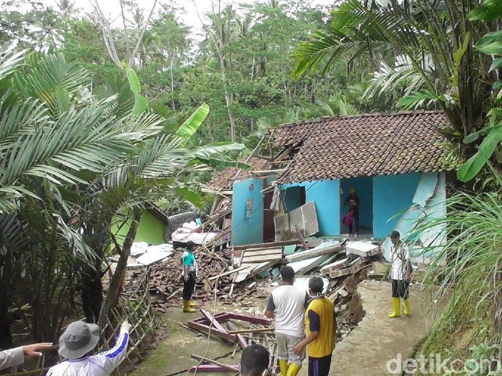 Rumah Rusak Gegara Tanah Gerak Akhirnya Dirobohkan, Pemiliknya Pingsan