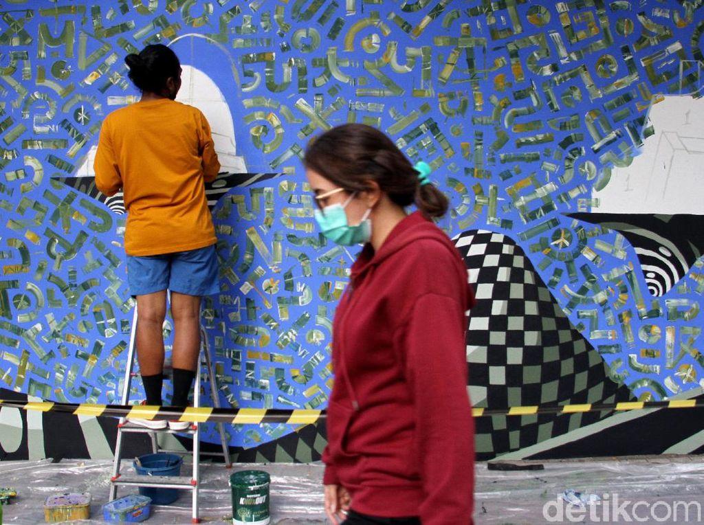 Saat Seniman Jalanan Hiasi Dinding Kedubes Prancis dengan Mural