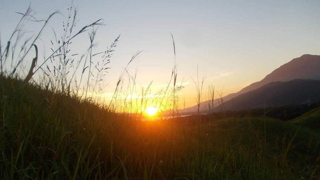 Foto: Sunset Terbaik dari Danau Sentani, Ada di Bukit Ini