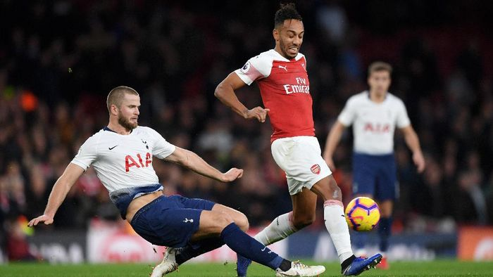 LONDON, ENGLAND - DECEMBER 02:  Eric Dier of Tottenham Hotspur tackles Pierre-Emerick Aubameyang of Arsenal during the Premier League match between Arsenal FC and Tottenham Hotspur at Emirates Stadium on December 1, 2018 in London, United Kingdom.  (Photo by Shaun Botterill/Getty Images)