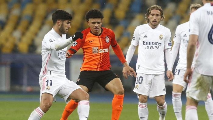 Real Madrids Marco Asensio, left, and Shakhtars Taison challenge for the ball during the Champions League, Group B, soccer match between Shakhtar Donetsk and Real Madrid at the Olimpiyskiy Stadium in Kyiv, Ukraine, Tuesday, Dec. 1, 2020. (AP Photo/Efrem Lukatsky)