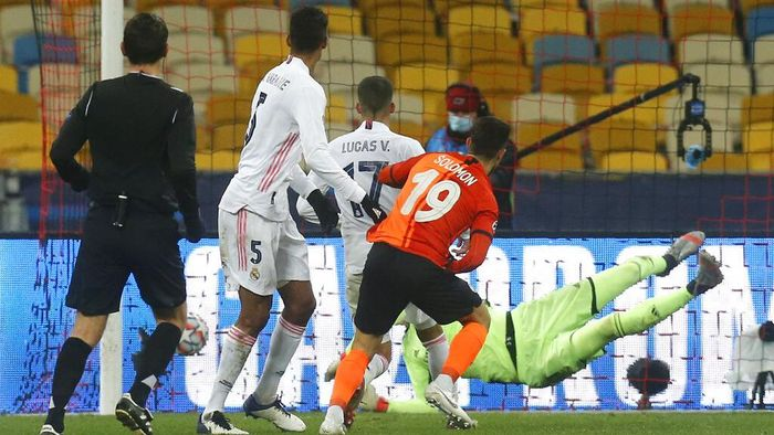 Shakhtars Manor Solomon, front, scores his sides second goal during the Champions League, Group B, soccer match between Shakhtar Donetsk and Real Madrid at the Olimpiyskiy Stadium in Kyiv, Ukraine, Tuesday, Dec. 1, 2020. (AP Photo/Efrem Lukatsky)