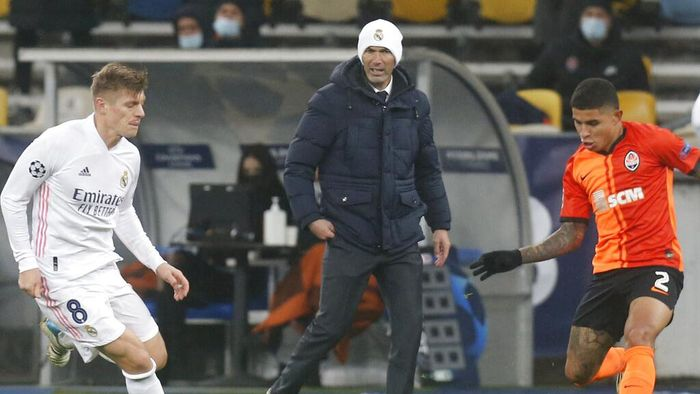 Real Madrids head coach Zinedine Zidane follows the game during the Champions League, Group B, soccer match between Shakhtar Donetsk and Real Madrid at the Olimpiyskiy Stadium in Kyiv, Ukraine, Tuesday, Dec. 1, 2020. (AP Photo/Efrem Lukatsky)