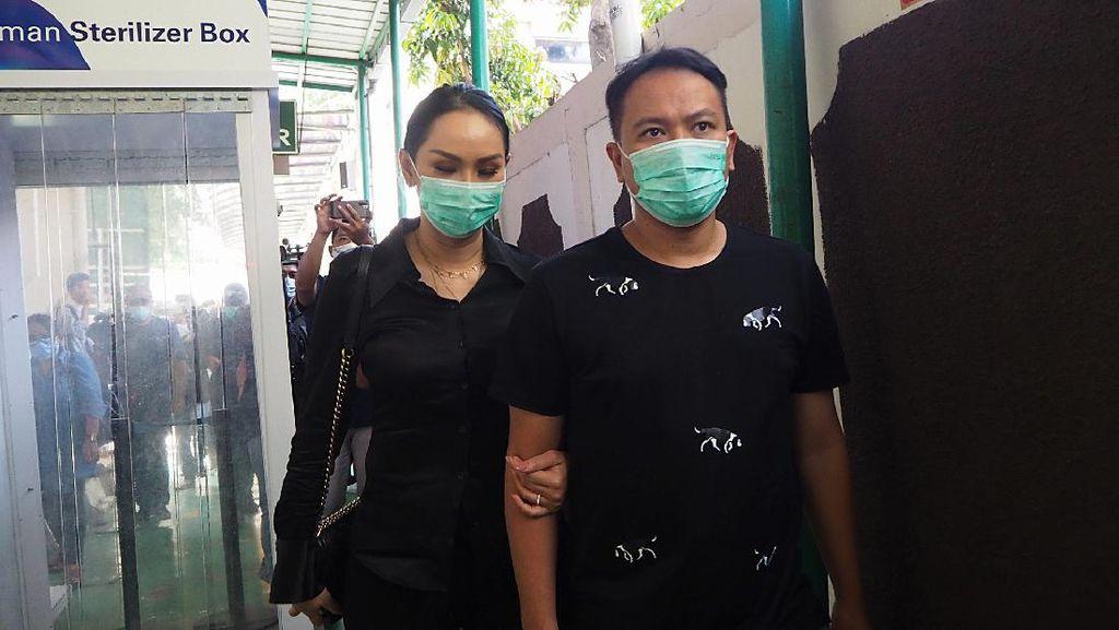 Potret Kalina Setia Temani Vicky Prasetyo di Pengadilan