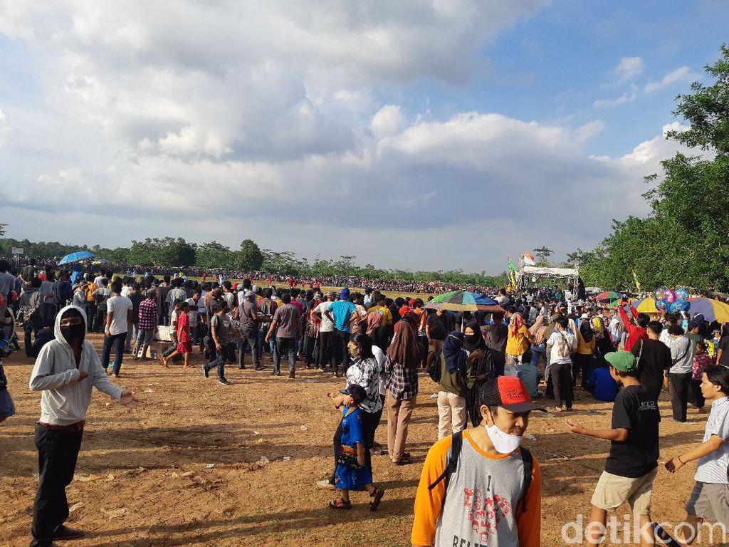 Abai Prokes, Massa Berkerumun Nonton Bola Tarkam di Kota Serang