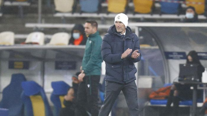 Real Madrids head coach Zinedine Zidane reacts during the Champions League, Group B, soccer match between Shakhtar Donetsk and Real Madrid at the Olimpiyskiy Stadium in Kyiv, Ukraine, Tuesday, Dec. 1, 2020. (AP Photo/Efrem Lukatsky)