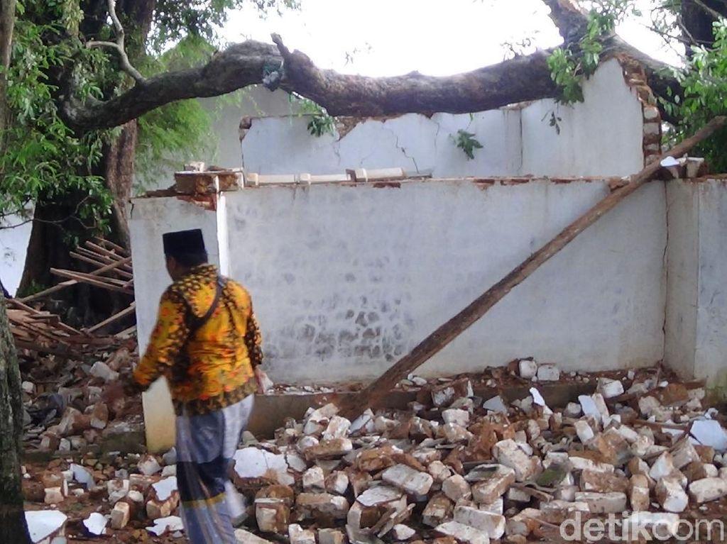 Puting Beliung di Sumenep Tumbangkan Pohon yang Timpa Bujuk Tamoni
