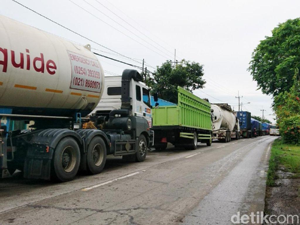 Jalan Raya Cilegon-Anyer Banjir, Bikin Macet 2 KM