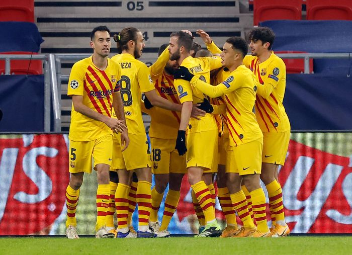 BUDAPEST, HUNGARY - DECEMBER 02: Antoine Griezmann of Barcelona celebrates with team mates after scoring their sides first goal during the UEFA Champions League Group G stage match between Ferencvaros Budapest and FC Barcelona at Psukas Arena on December 02, 2020 in Budapest, Hungary. Sporting stadiums around Hungary remain under strict restrictions due to the Coronavirus Pandemic as Government social distancing laws prohibit fans inside venues resulting in games being played behind closed doors. (Photo by Laszlo Szirtesi/Getty Images)
