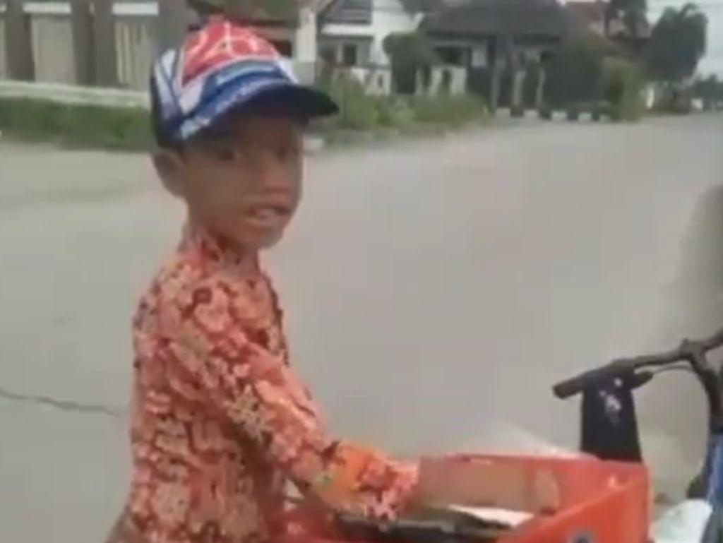 Bocah Kelas 3 SD Ini Harus Kayuh Sepeda 18 Km Demi Jualan Gorengan