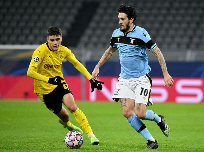 DORTMUND, GERMANY - DECEMBER 02: Giovanni Reyna of Borussia Dortmund competes for the ball with Luis Alberto of SS Lazio during the UEFA Champions League Group F stage match between Borussia Dortmund and SS Lazio at Signal Iduna Park on December 02, 2020 in Dortmund, Germany. (Photo by Marco Rosi - SS Lazio/Getty Images)