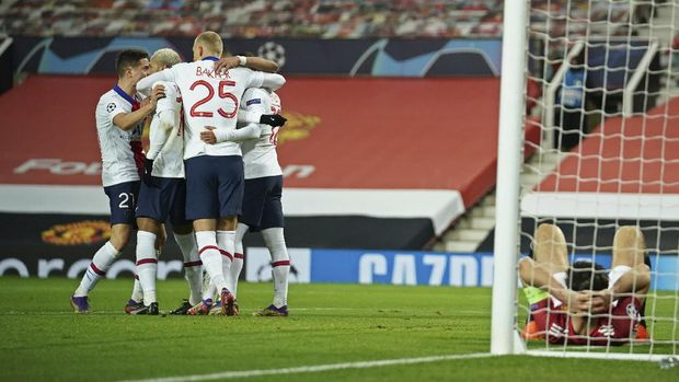 PSG's Neymar, 2nd left and team mates celebrate after he scored his side's third goal during a Group H Champions League soccer match between Manchester United and Paris Saint Germain at the Old Trafford stadium in Manchester, England, Wednesday, Dec. 2, 2020. (AP Photo/Dave Thompson)