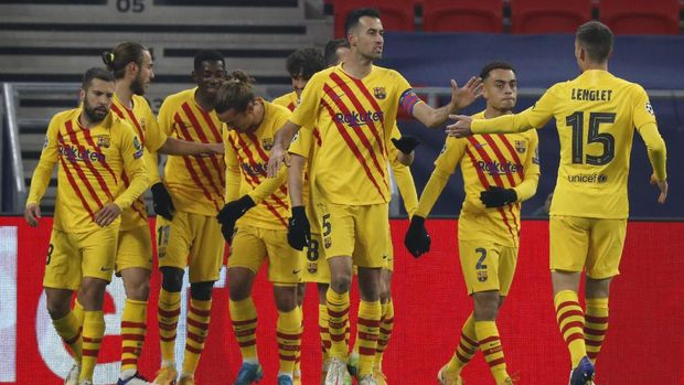 Barcelona's Antoine Griezmann, center left, celebrates after scoring his side's opening goal during the Champions League group G soccer match between Ferencvaros and Barcelona at the Ferenc Puskas stadium in Budapest, Hungary, Wednesday, Dec. 2, 2020. (AP Photo/Laszlo Balogh)