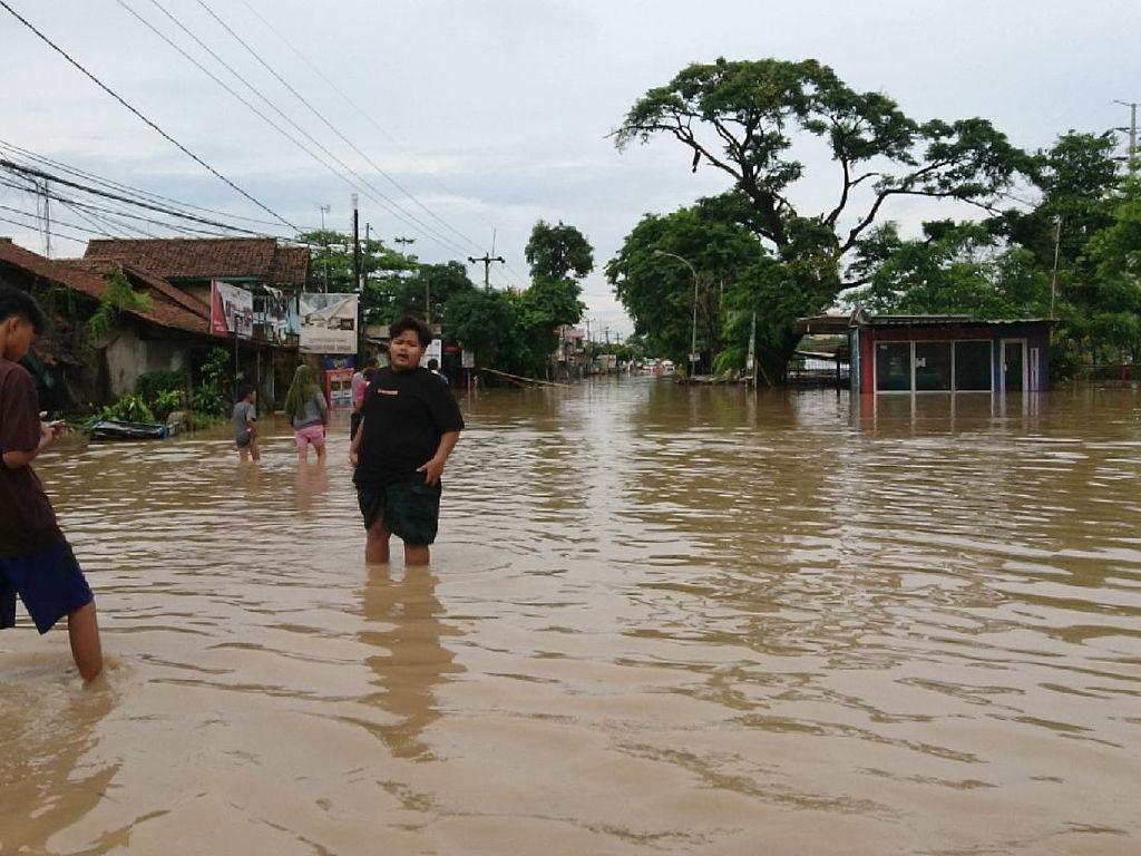 JalanCilegon-Anyer Terendam Banjir, Kendaraan Pribadi Tak Bisa Lewat